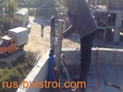 Работа с машина за изрязване на отвори в бетон.