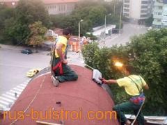 Полагане на битумна мембрана на елипсовиден покрив.